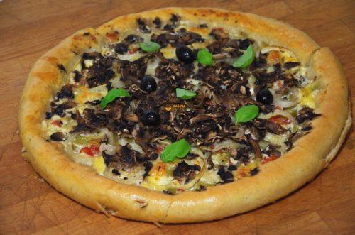 VIDEO – Pizza iz tepsije sa povrćem rub punjen sirom