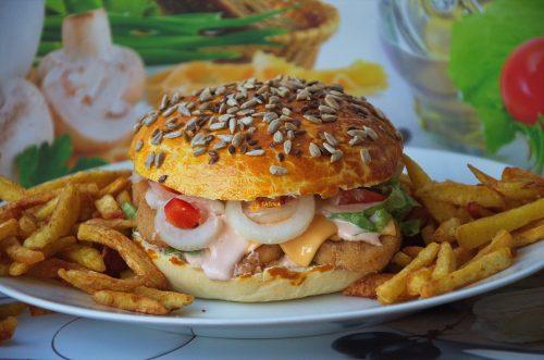 Chicken burger sendvič sa piletinom u domaćem pecivu