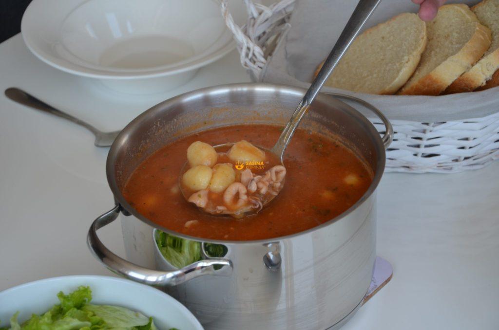VIDEO – Gulaš juha sa lignjama i njokima Goulash Soup Calamari Gnocchi