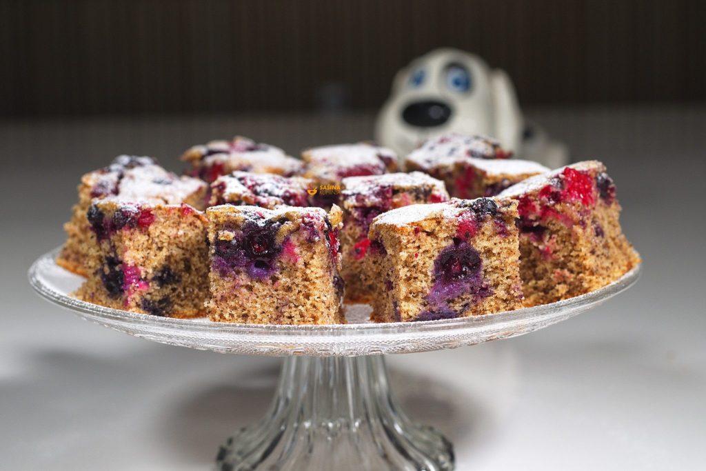 Brzi prefin jednostavni kolač sa šumskim voćem – VIDEO