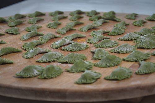 Ravioli zeleni domaći punjeni pršutom i sirom umak dimljeni losos – VIDEO