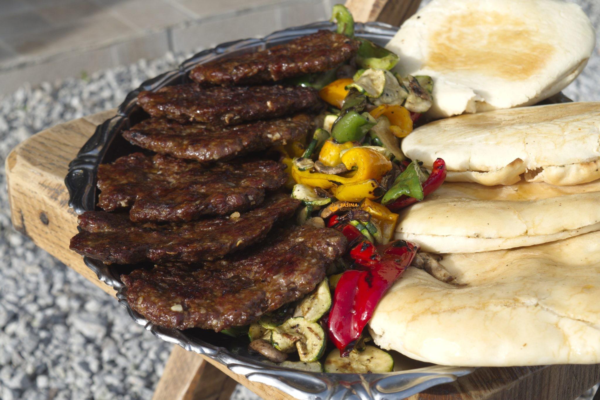roštilj pljeskavice povrće i lepinje sa žara