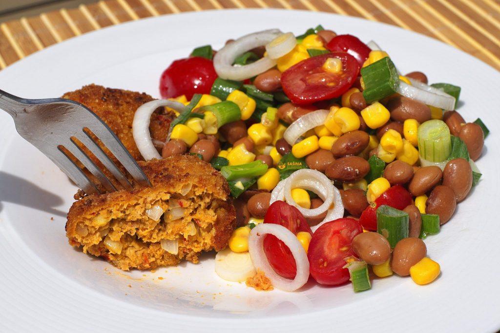 Faširanci sa ajvarom i šarena salata recept