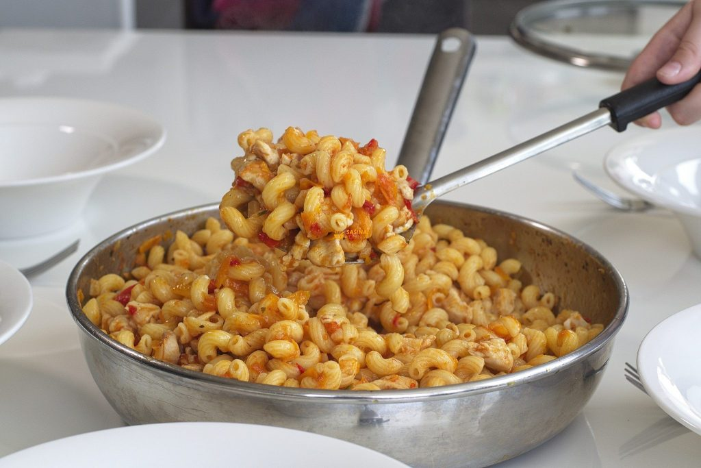 Tjestenina sa piletinom i hrpom povrća