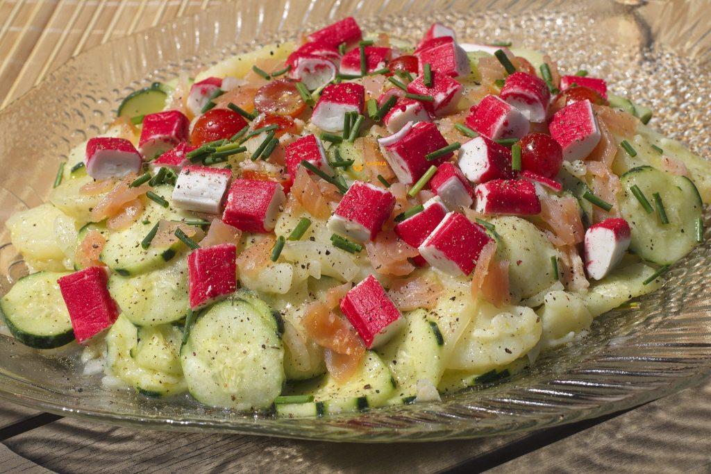Krumpir salata sa krastavcima i dimljenim lososom – VIDEO