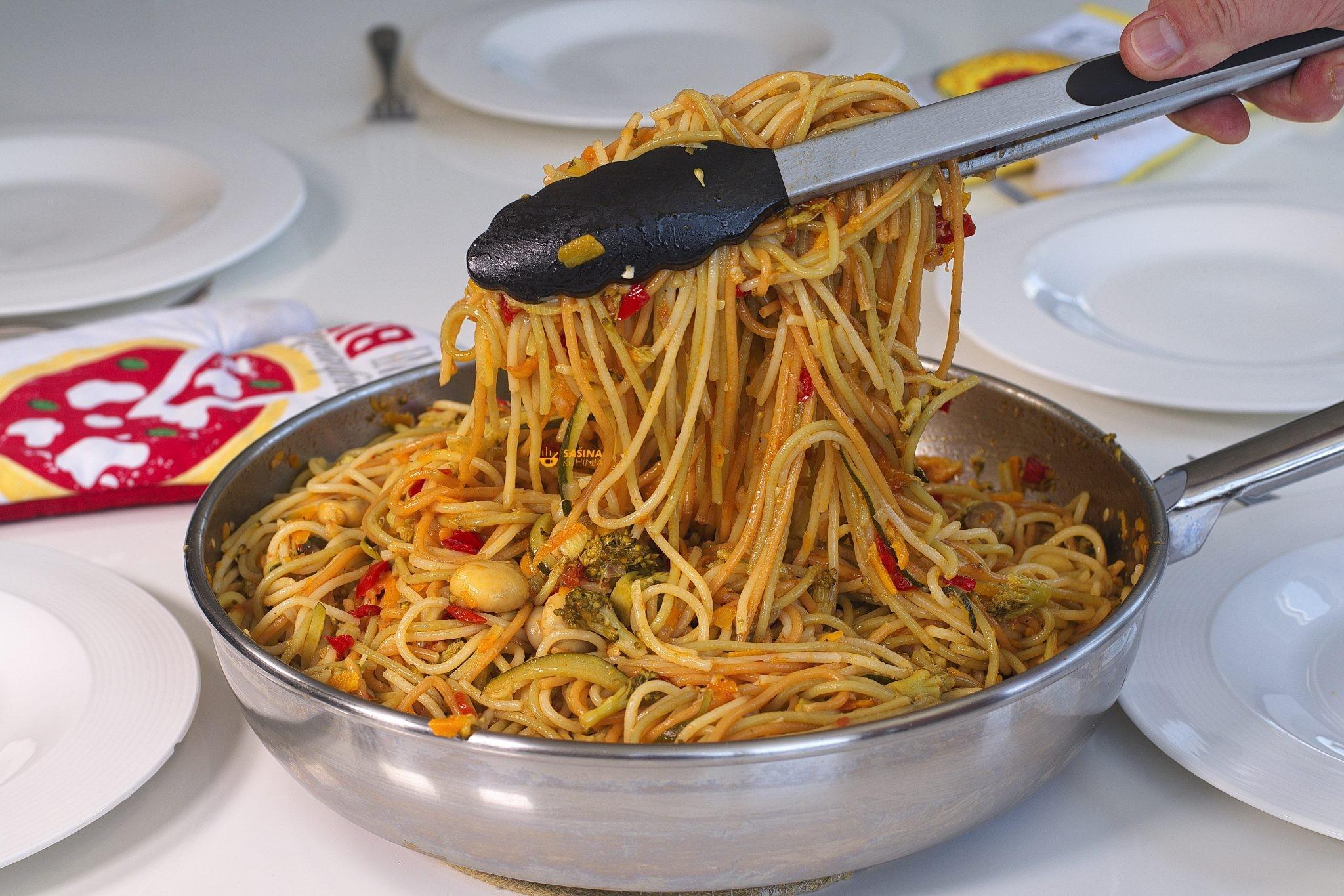 tjestenina sa hrpom povrća vege