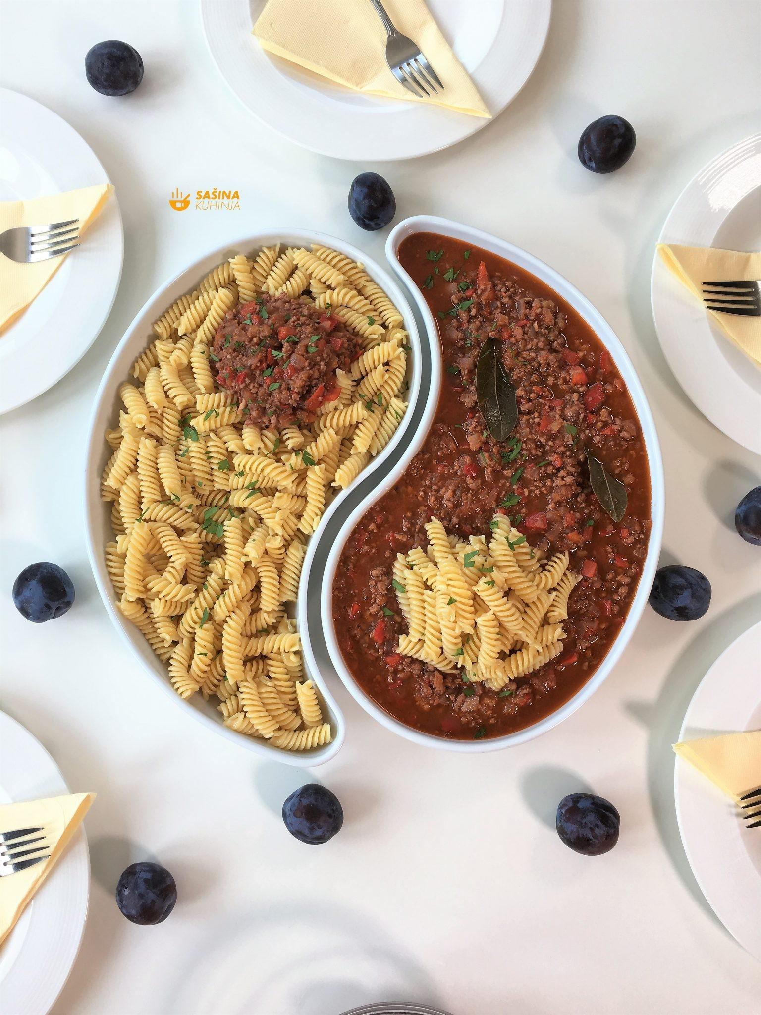 pasta ili tjestenina sa mljevenim mesom i šljivama