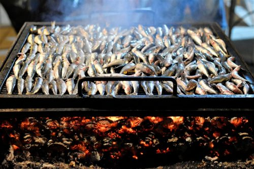 Srdele na gradele žaru roštilju – VIDEO