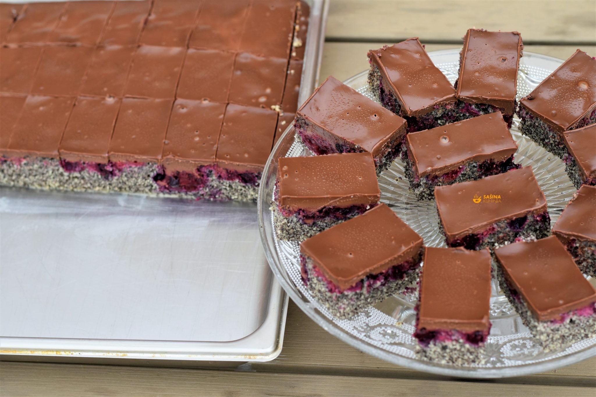 kolač od maka sa šumskim voćem i čokoladom