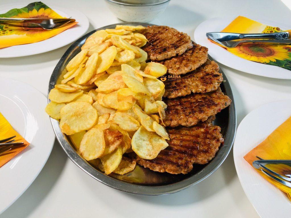 Gurmanske brze pljeskavice domaći čips i umak
