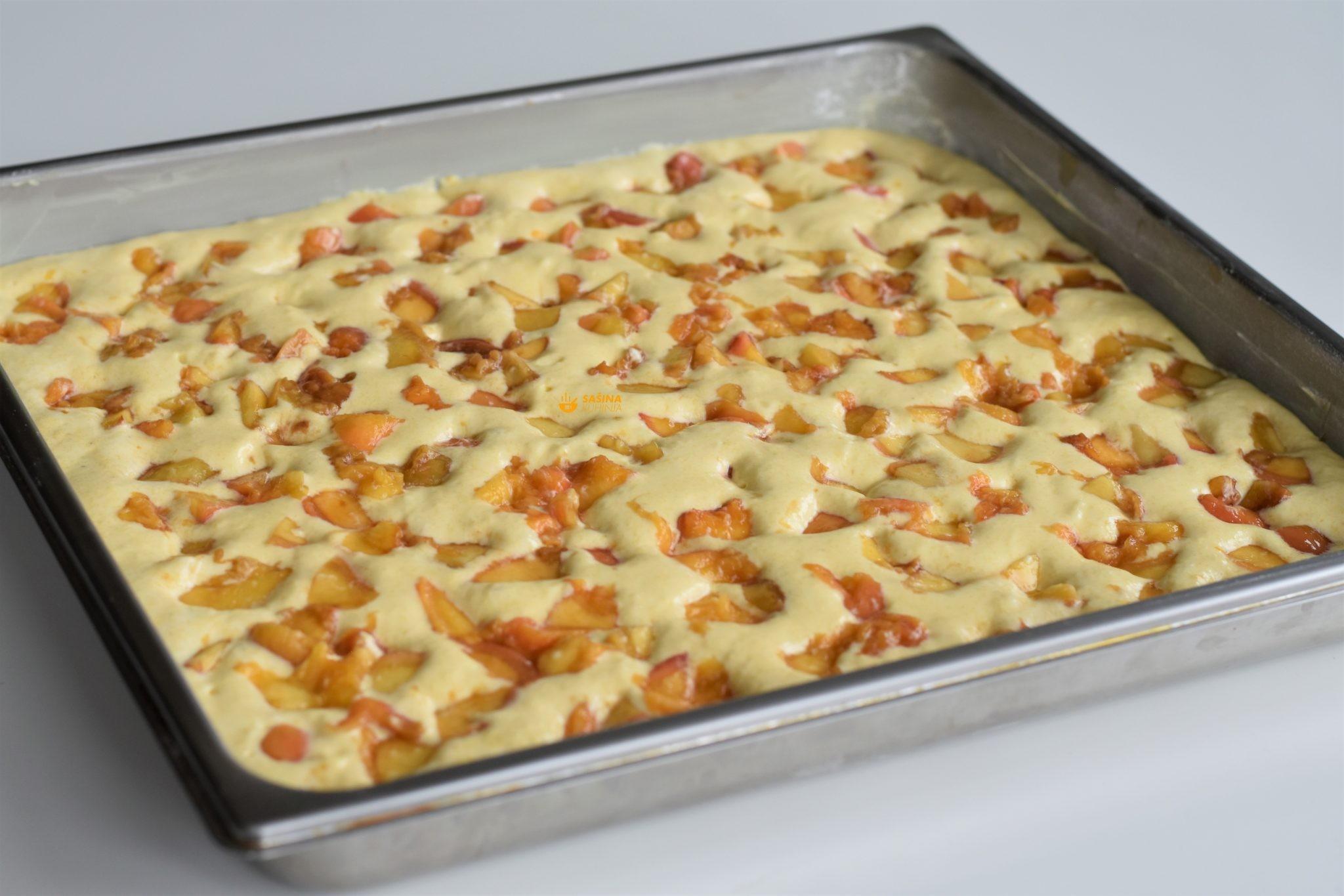 Završite sa šlagom i ovaj jednostavni ljetni kolač je spreman za posluživanje nakon što ga ohladite barem sat vremena da šlag očvrsne