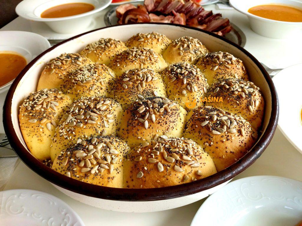 Miješani kruh sa kukuruznim brašnom i sjemenkama