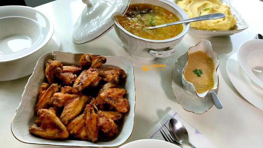 Pileća krilca s pivom, juha, pire i umak