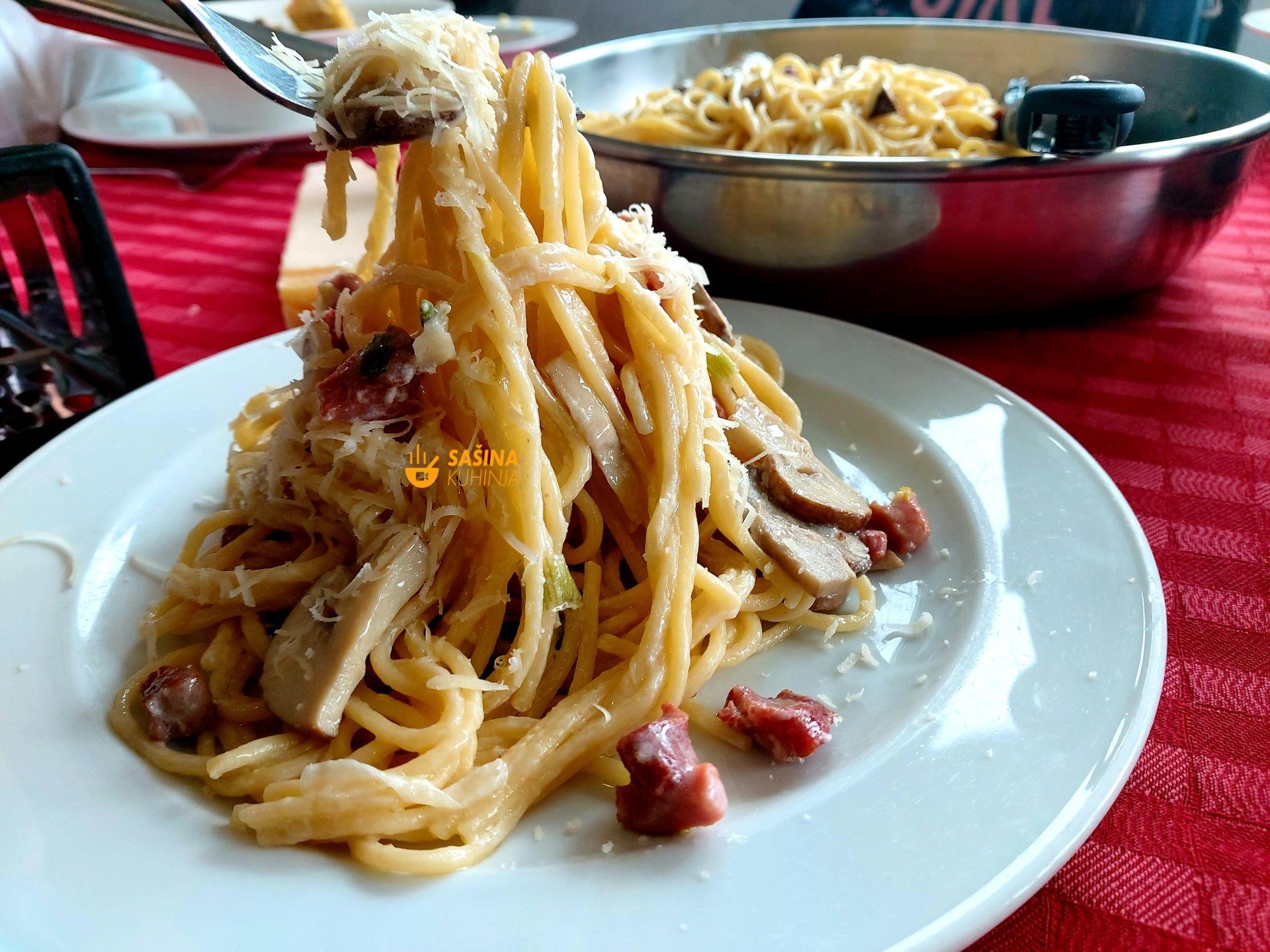 tjestenina sa šunkom mladim lukom gljivama i kiselim vrhnjem
