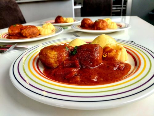 Okruglice od piletine u umaku od rajčice i palenta sa parmezanom