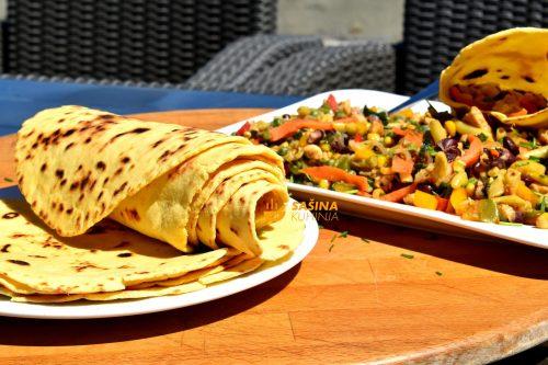 Tortilje sa kukuruznim brašnom i piletina na meksički