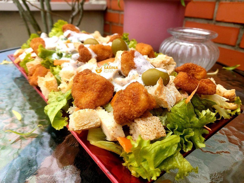 Zelena salata sa mrkvom piletinom kubetima i preljev