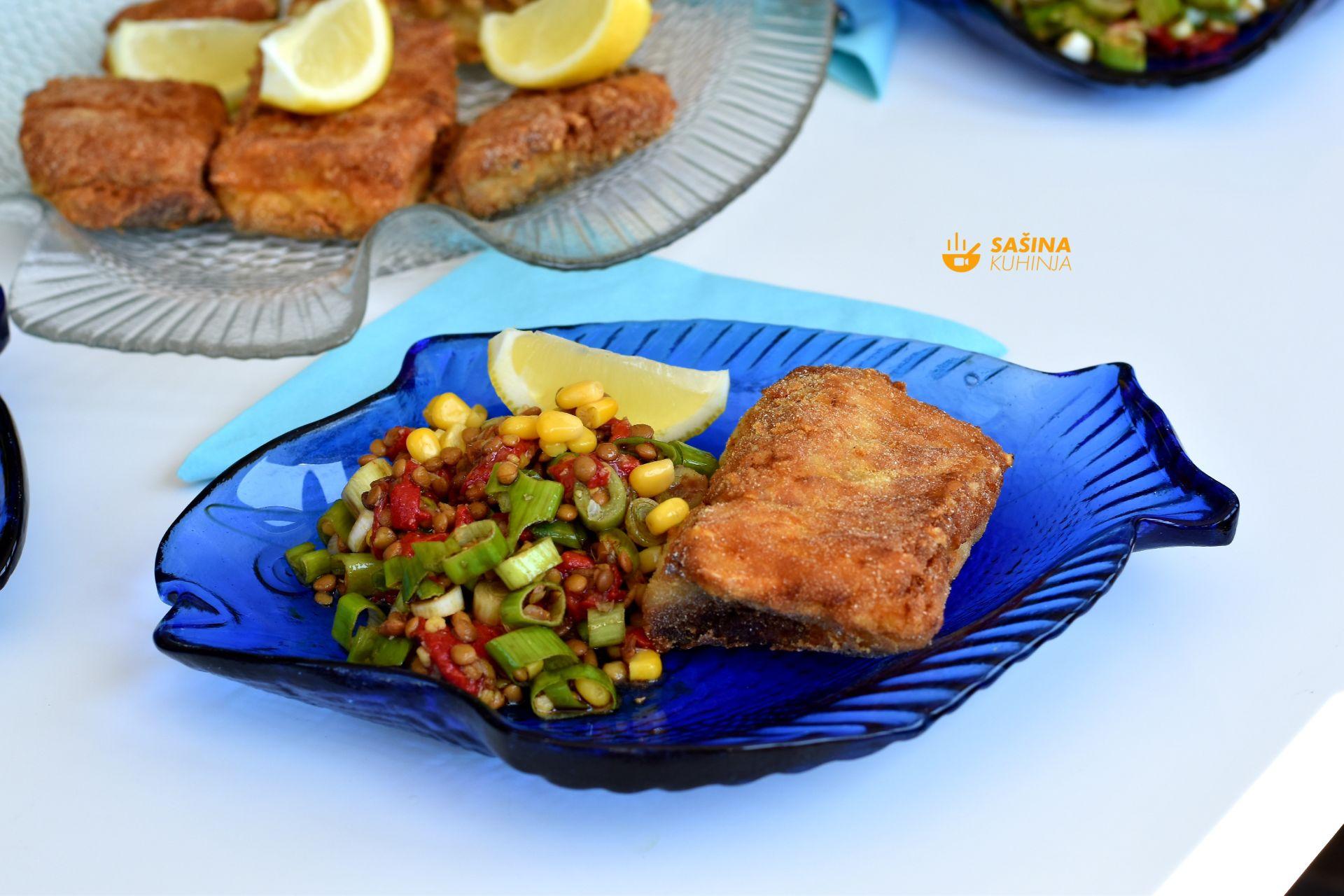 šaran u kukuruznom brašnu i salata s lećom